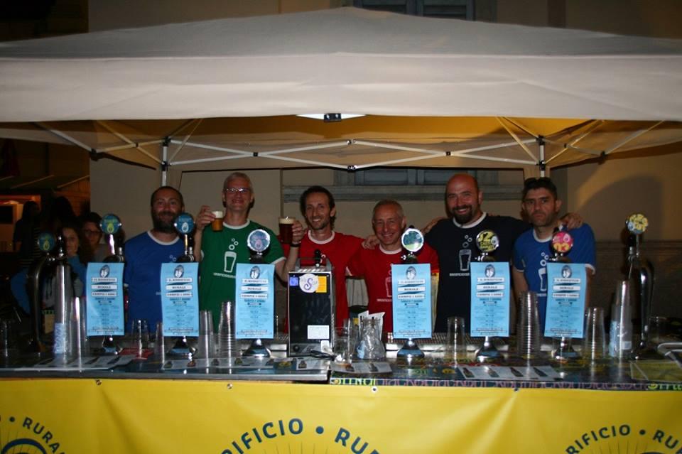 I soci del Birrificio Rurale: da sinistra Luca Franceschi, Beppe Serafini, Lorenzo Guarino, Silvio Coppelli. Stefano Carnelli, Marco Caccia