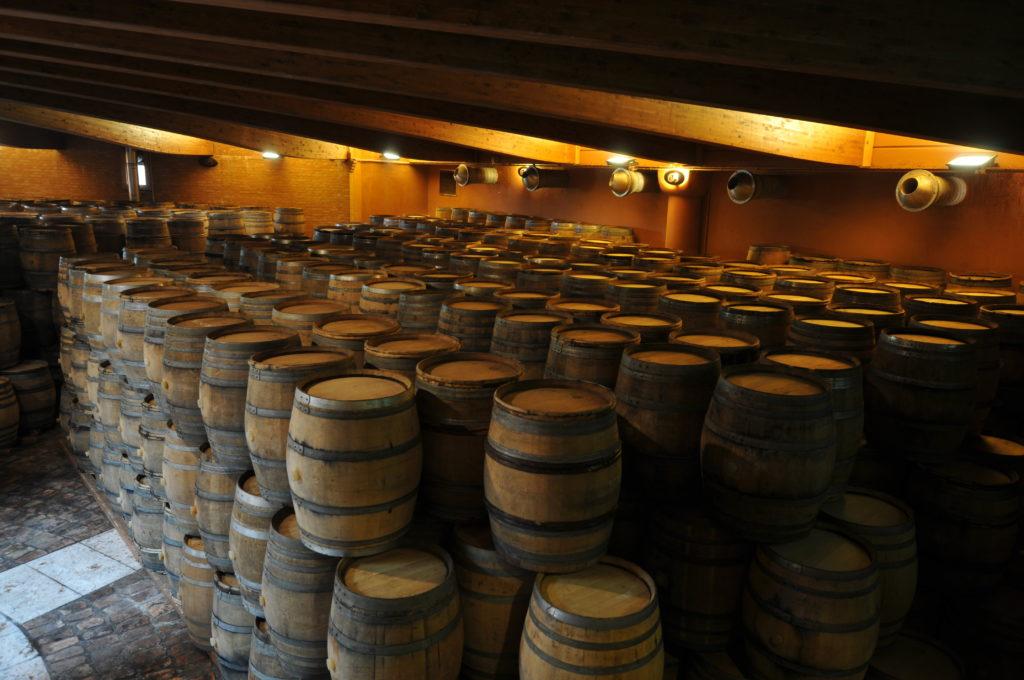 Una parte dei barili di quercia dove il vino base migliora il suo profilo organolettico