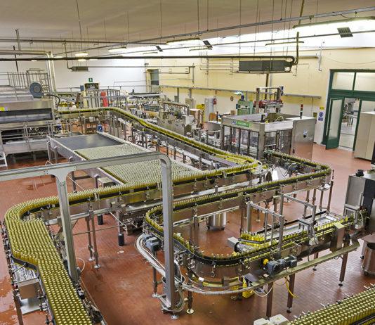 Panoramica della linea di produzione della cedrata Tassoni