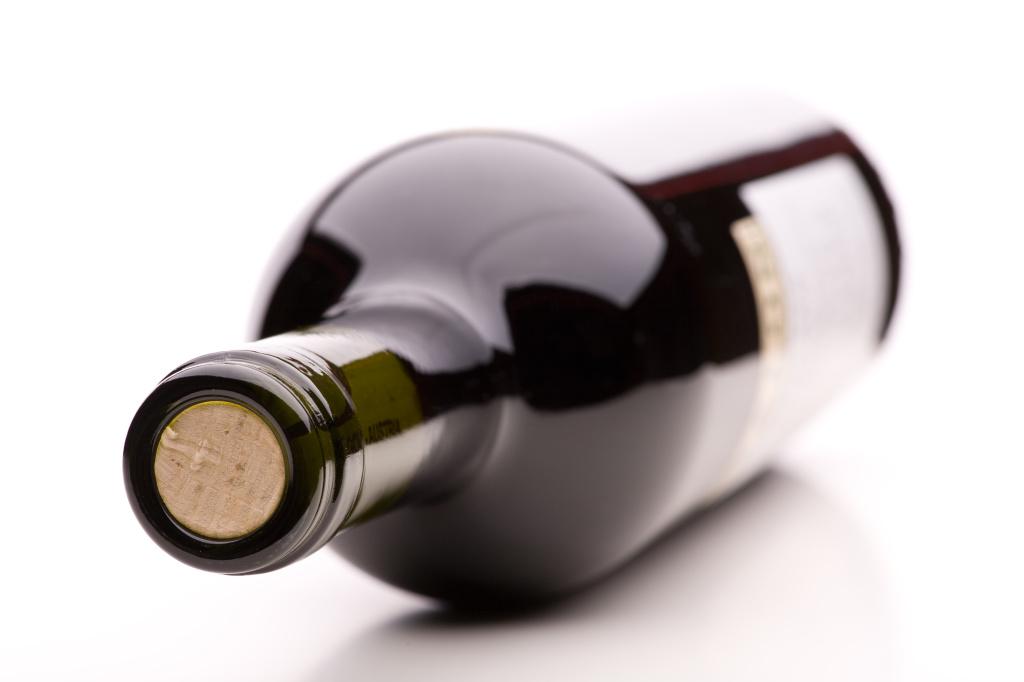 verschlossene Flasche Rotwein mit Ettikett