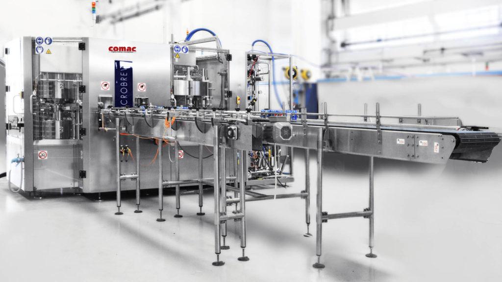 La MICROBREW: un monoblocco di riempimento e aggraffatura compatto e funzionale, con velocità fino a 6.000 cph